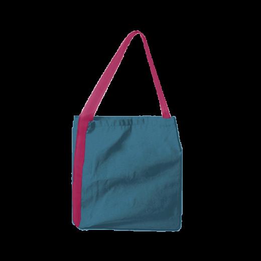 niebieska torba z różową taśmą