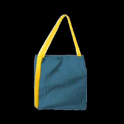niebieska torba z taśmą z żółtymi akcentami